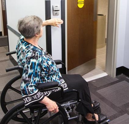 Thiết kế cửa tự động phòng tắm cho người khuyết tật.