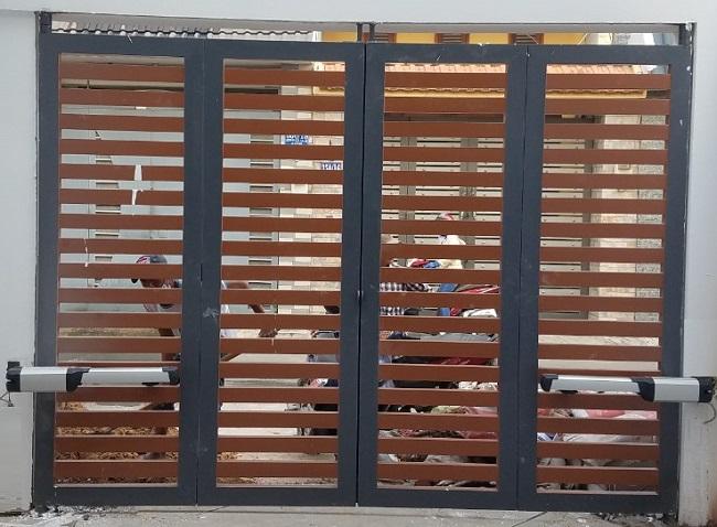 Cổng mở trượt gấp 4 cánh ốp gỗ
