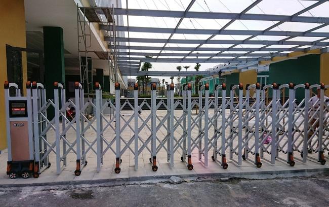 Báo giá mẫu cổng xếp nhôm đẹp thông dụng