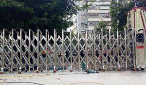Lắp đặt cửa cổng xếp cơ quan