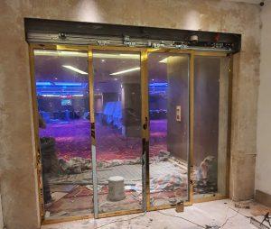 Cửa trượt hai cánh khung inox vàng nhà hàng tiệc cưới