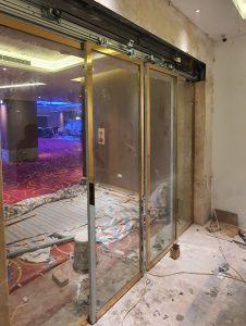 Lắp cửa kính khung inox vàng tự động