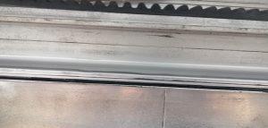 đường ray cửa lùa bị mòn do không bảo trì định kỳ