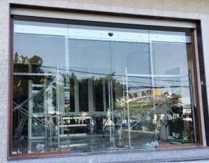 cửa kính lùa tự động mặt tiền cửa hàng