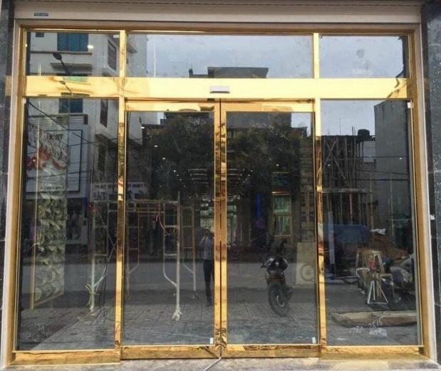 Thiết kế cửa kính đóng khung văn phòng