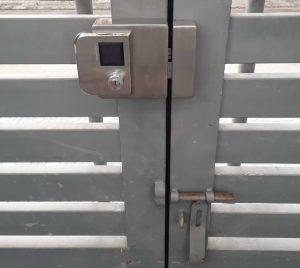 khóa chốt điện cửa cổng