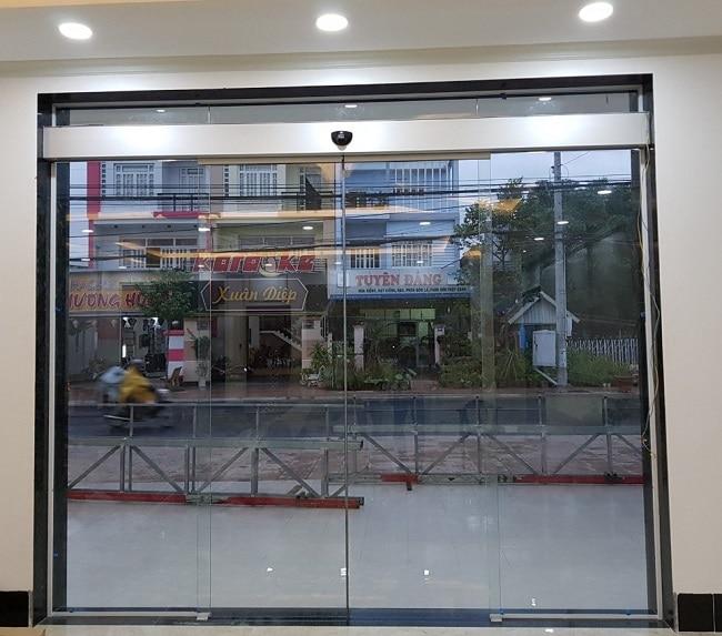 mẫu cửa kính lùa 2 cánh cửa hàng