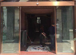 Cửa kính khung inox màu nhà hàng