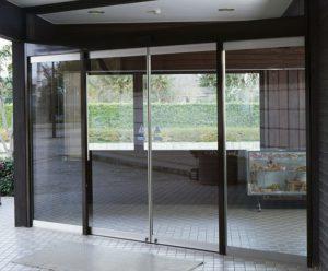 cửa kính khung bao inox tự động tiệm bánh