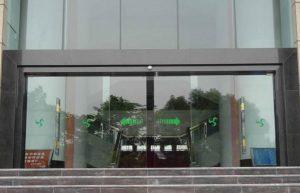 cửa kính lùa tự động 2 cánh trung tâm thương mại