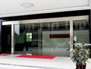 cửa kính lùa tự động 2 cánh văn phòng