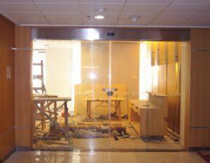 cửa kính tự động ra vào văn phòng công ty