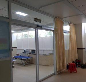 Cửa nhôm kính lùa 2 cánh tự động phòng khám