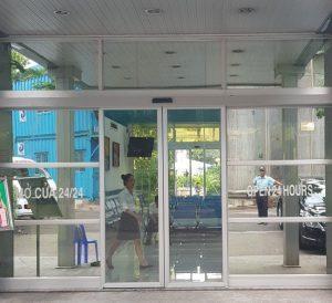 Cửa nhôm kính tự động cửa hàng bán thuốc