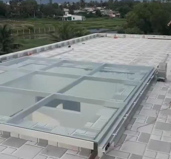 Sử dụng mái kính tự động tăng cường ánh sáng, thông gió và không gian